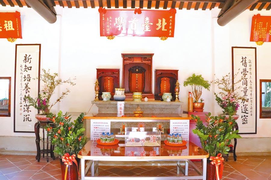 泰山明志書院內供奉南宋大儒朱熹(中),以及捐地興學的客家先賢胡焯猷(右)、郭宗嘏(左)。