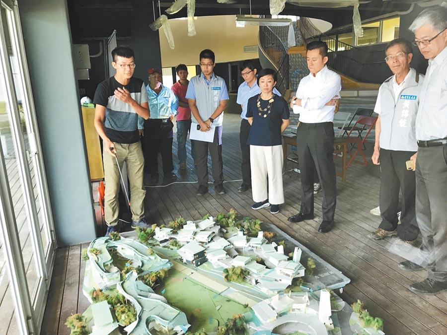 市長林智堅(中右)聽取關埔國小工程進度。   (羅浚濱攝)
