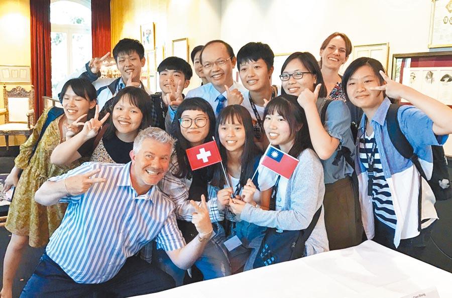 台中市政府教育局長楊振昇(後中)帶領高中職師生,遠赴瑞士展開國際交流。(陳世宗翻攝)