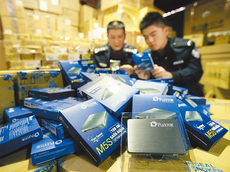 福州海關查驗對台小額貿易商品。(中新社資料照片)
