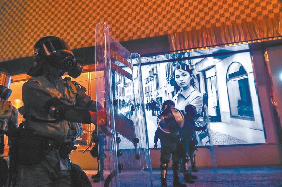 千名香港民眾10日參與大埔遊行,隨後分散到各處,11日凌晨零時,警方在尖沙咀鬧區戒備,追捕示威者。(中央社)