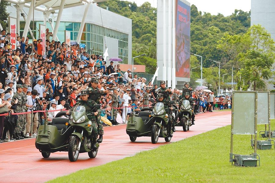 香港特區政府若無法控制局面或進入無政府狀態,可請解放軍維穩。圖為7月1日,香港青年學生參訪駐港部隊海軍基地。(新華社)