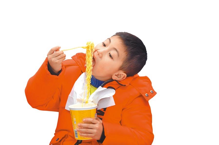 從填飽肚子的果腹產品,到充滿儀式感的花式吃法,泡麵在大陸吃貨心中始終占有一席之地。(新華社資料照片)