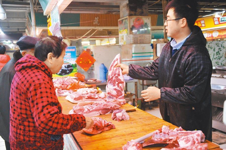 豬瘟成大陸人造肉興起契機,圖為山東青島一農貿市場,市民在選購豬肉。(新華社資料照片)