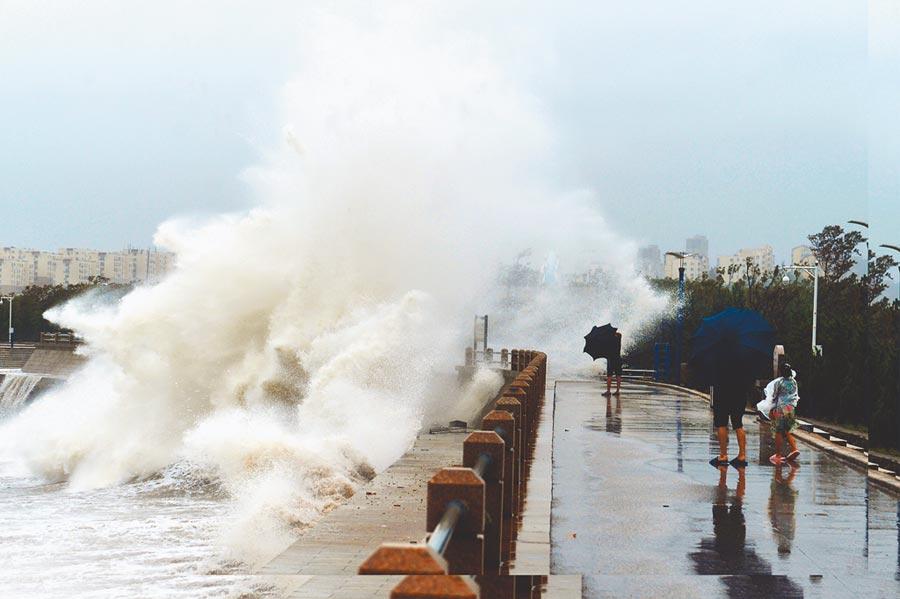 8月11日,颱風利奇馬外圍雲系影響,山東青島沿海掀起大浪。(新華社)