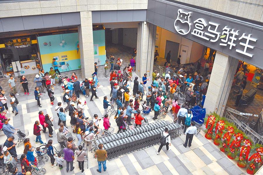 7月12日,昆明民眾排隊進入盒馬鮮生超市。(中新社)