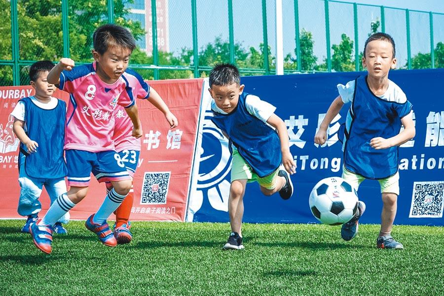 7月15日,天津市首屆「愛童杯」公益足球賽,吸引市區幼兒園小球員參加。(中新社)