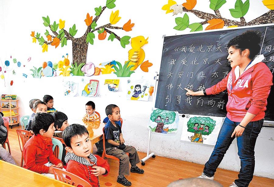 2019年大陸新增適齡幼兒近600萬人,學前教育幼稚園嚴重不足。圖為大陸幼稚園學童在上課。(新華社資料照片)