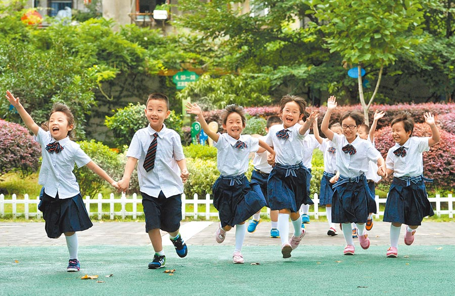 大陸施行「全面二孩」政策後出生的首批適齡兒童,即將進入幼稚園。圖為2014年9月1日,南京市中小學、幼兒園開學。(新華社)