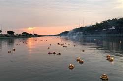 鹿港地藏王廟放水燈 波光燦爛指引漂泊的魂魄