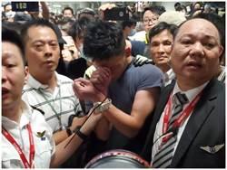 尷尬了!港機場疑陸公安佈樁 遭群眾包圍綑綁
