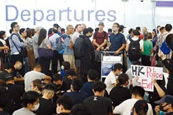 香港機場恢復作業 旅客陸續登機