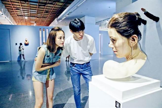 神情專注欣賞大師的「莉莉」作品。