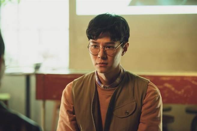 吳珝陽飾演畫家。