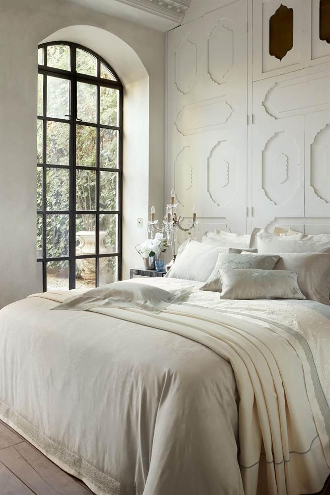 VALERON原裝進口BLAISE蕾絲緹花雙人床組。(日比家族提供)