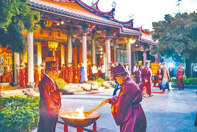 若拔掉中華文化的根,等於自我邊緣化。圖為台北孔廟祭孔典禮。(本報系資料照片)