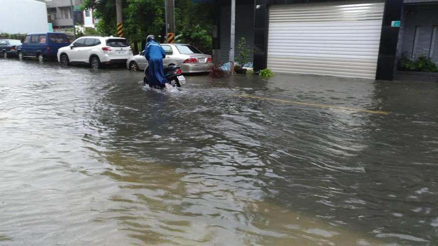仁德地區淹水。(曹婷婷攝)