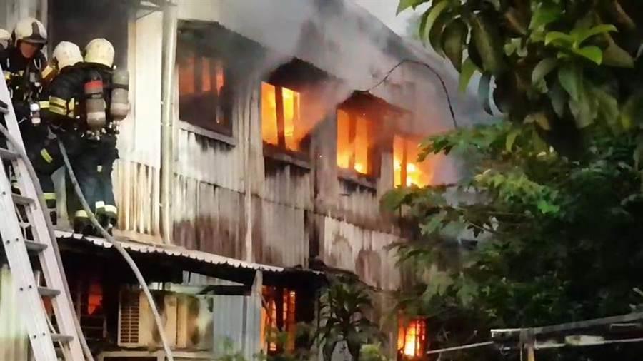 北投汽修工廠大火,火勢猛烈。(胡欣男翻攝)
