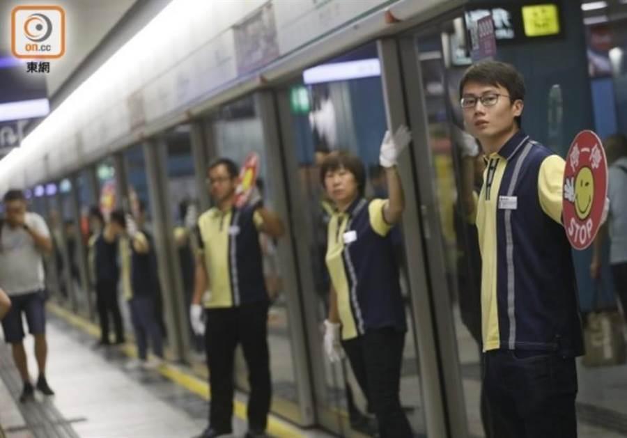 港民發起塞鐵行動,欲癱瘓地鐵,不過13日晨秩序正常。(東網)