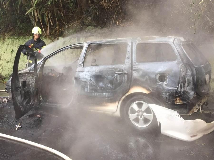 休旅車起火燃燒,車體焦黑一片僅剩骨架。(巫靜婷翻攝)
