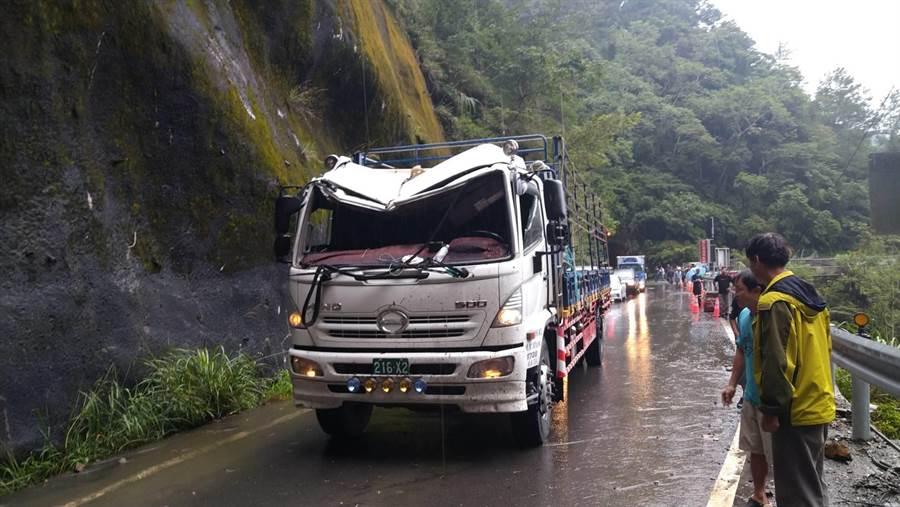 17噸大貨車行經中橫便道馬陵隧道口前,遭大量碎石砸中,車頂嚴重凹陷,擋風玻璃全破,幸好駕駛沒有受傷。(王文吉翻攝)