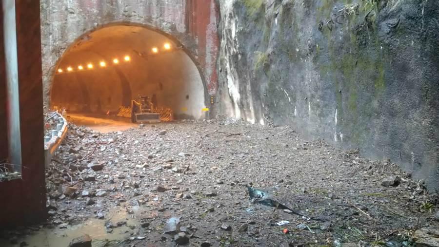 中橫便道馬陵隧道口發生邊坡崩塌,大量碎石傾瀉而下,砸中1輛1大貨車。(王文吉翻攝)