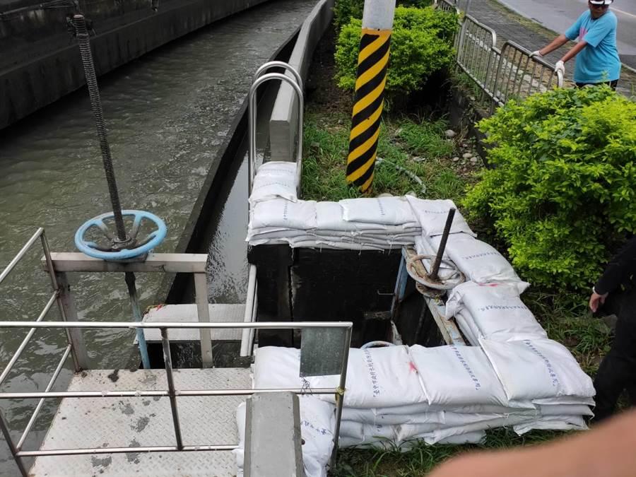 水利局堆置沙包應急處理。(陳世宗翻攝)