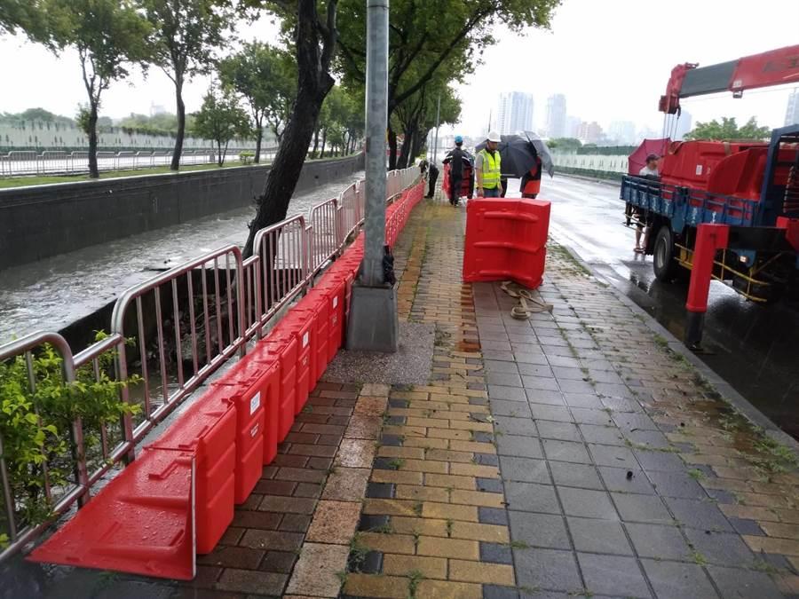 水利局短期利用防汛擋板應急處理。(陳世宗翻攝)