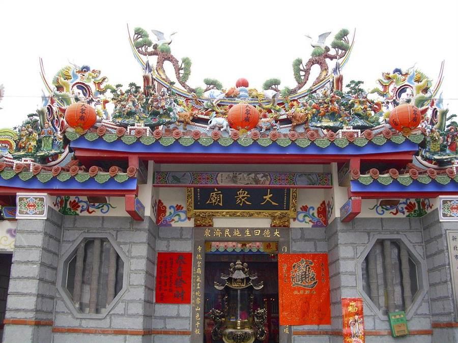 新北大眾廟周三晚中元遶境及放水燈祈福活動。(取自維基百科)