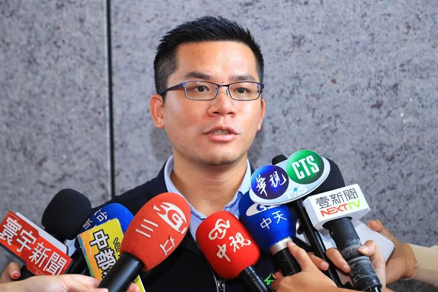 台中市府新聞局長吳皇昇表示,有網友傳送錯誤淹水訊息,傷害第一線執勤應變人員,批平其心可議,令人不齒。(盧金足攝)