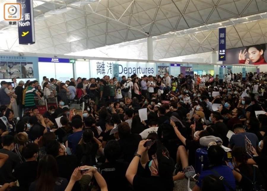 香港機場昨日有大批示威者前往集會。(圖/翻攝自東網)
