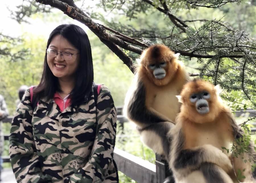 來自兩岸媒體記者,近距離親近彷如絨毛玩具的金絲猴,並留下與金絲猴的合照,作為此行的紀念。(王雅芬/攝)