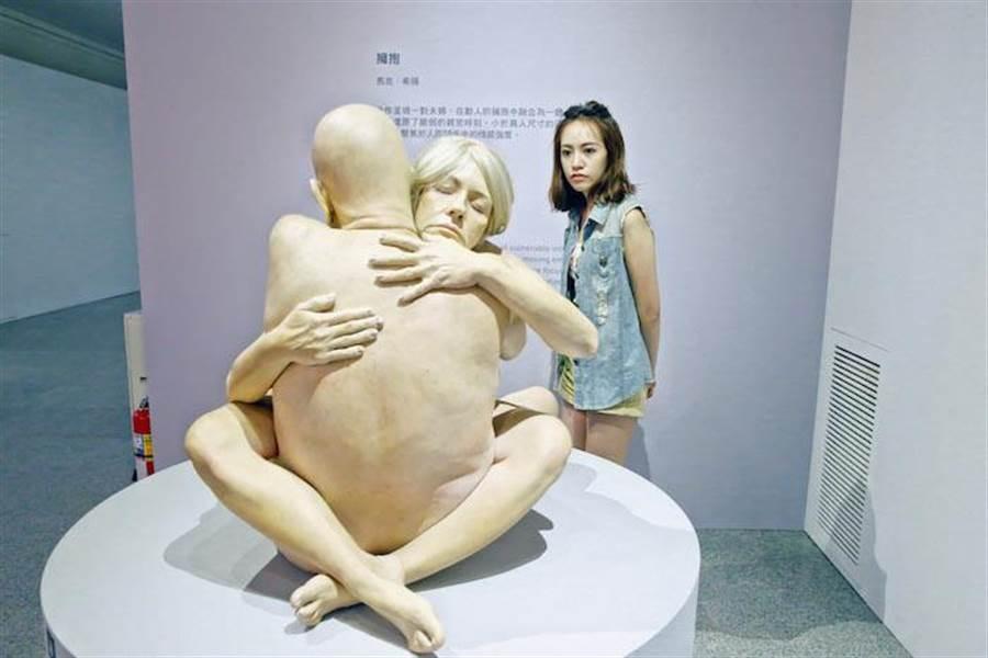 焦曼婷專注欣賞「擁抱」作品。