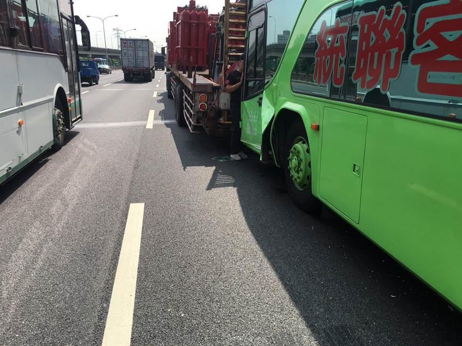 49歲吳姓客運司機及車上10名乘客受到輕傷送醫,所幸皆無生命危險,國道警已在10點22分排除事故,並正進一步釐清肇事原因。