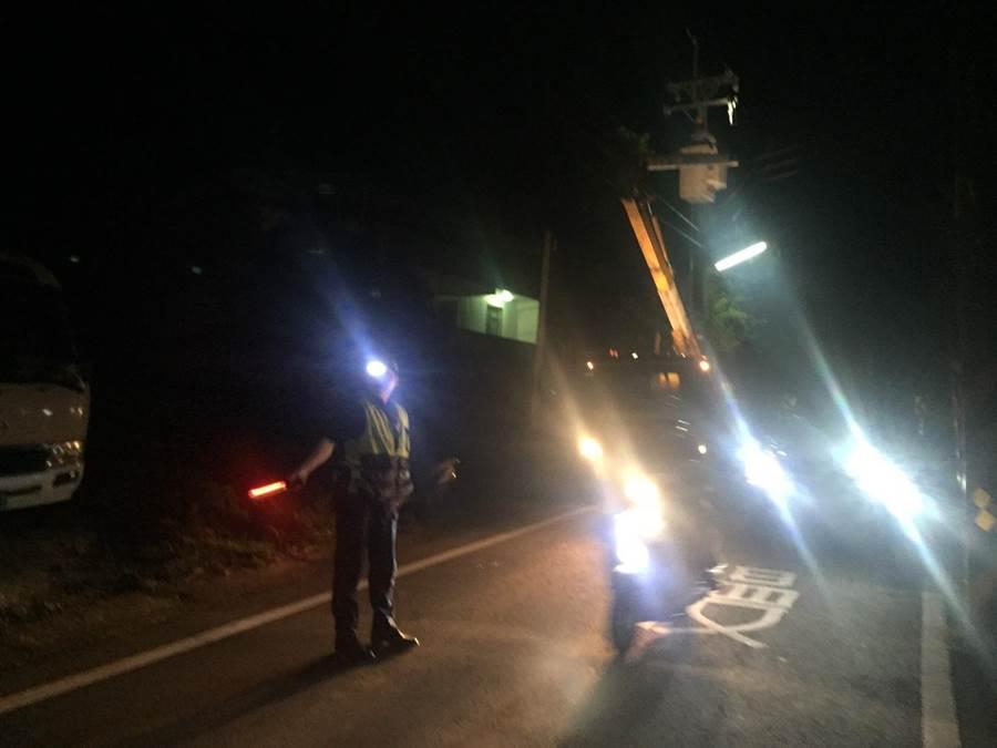 橫村派出所警員12日晚間在疑似短路電線桿附近交通管制,避免波及住戶及用路人。(莊旻靜翻攝)