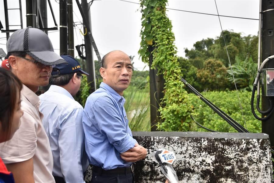 高雄市長韓國瑜(右)13日上午到二仁溪視察,憂心忡忡。(林瑞益攝)