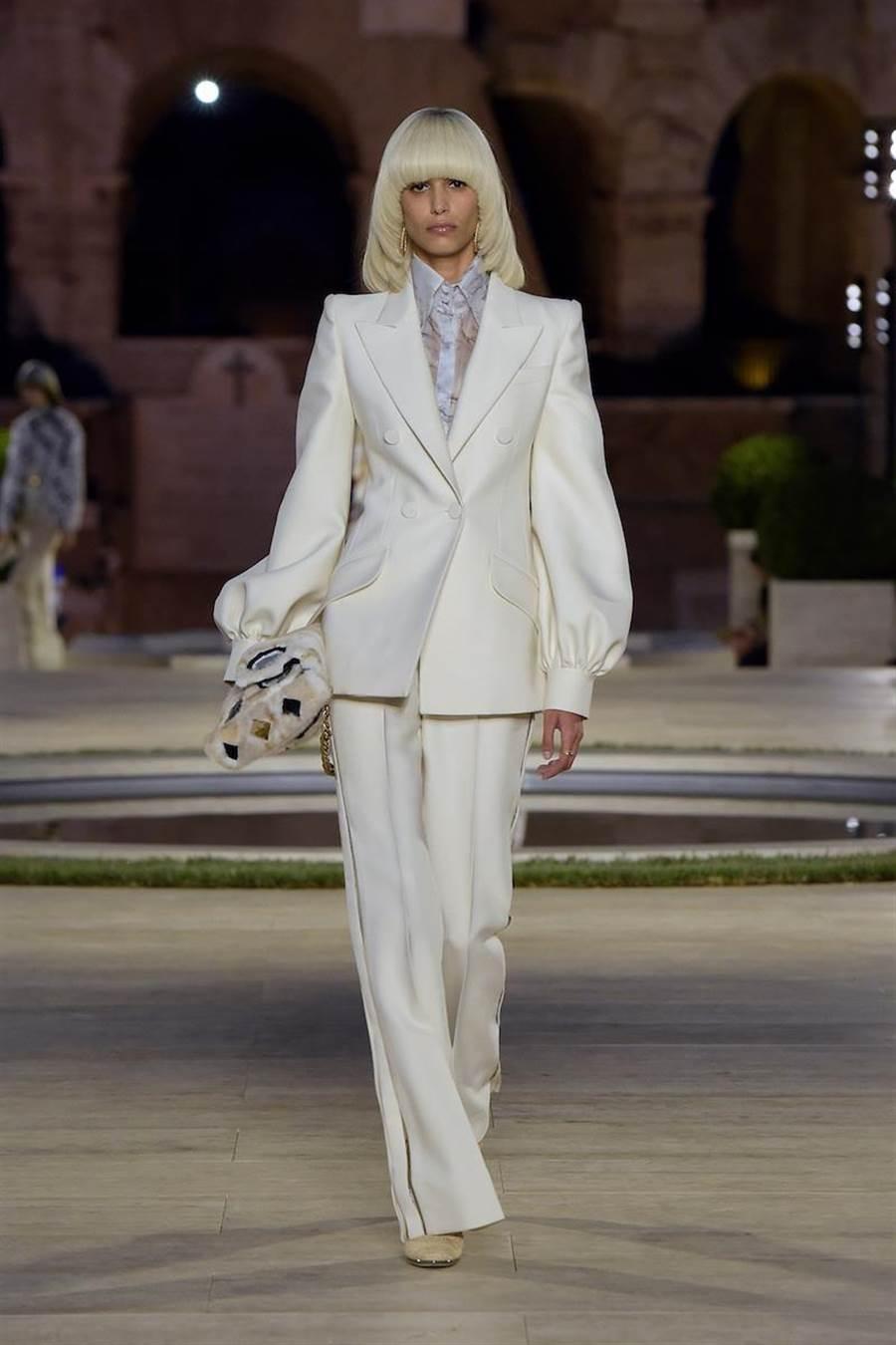白色羊毛絲綢套裝是FENDI秋冬19-20高級訂製服羅馬大秀的開秀首套服裝。(Fendi提供)