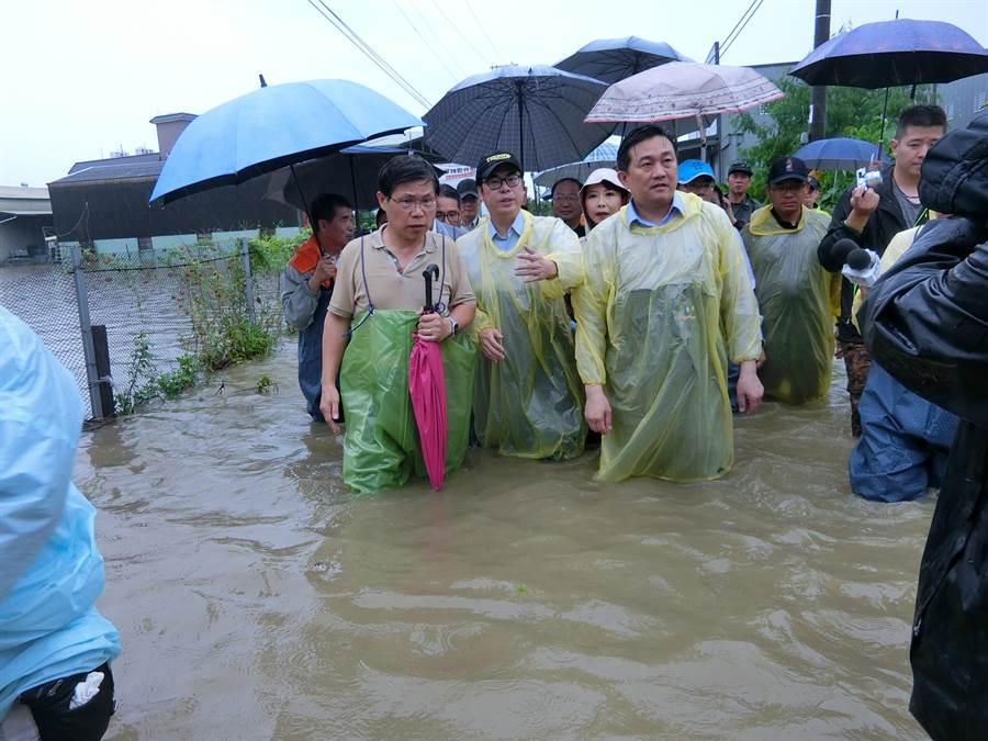 行政院副院長陳其邁今天上午到仁德區涉水勘災。(曹婷婷攝)