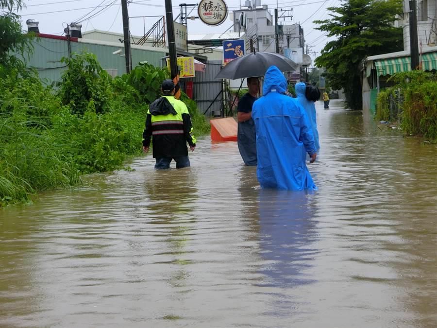 中華醫事科大聯外道路淹水嚴重。(曹婷婷攝)
