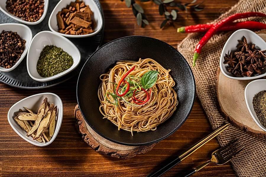 麵本家「川味雙椒辣拌麵」,以大紅袍與青花椒調味。(圖/麵本家)