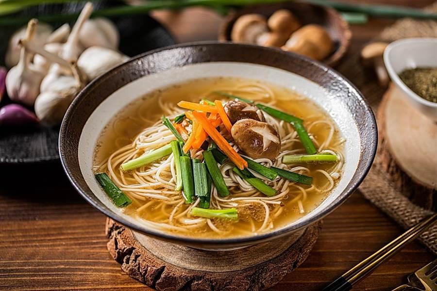 麵本家「台式蔥蒜湯煲麵」主要味道來自宜蘭三星蔥加上紅蔥頭、蒜頭。(圖/麵本家)