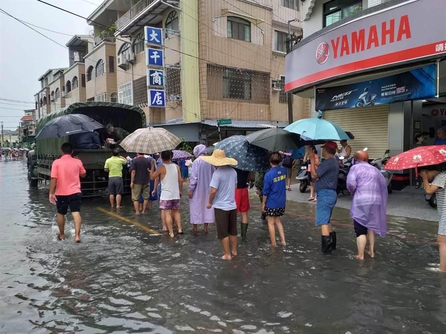 台南仁德灾防区协助区公所物资发放。