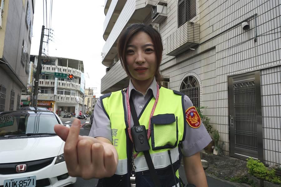 廖姓女警外型甜美亮麗,被封為「九頭身警花」。(王文吉攝)