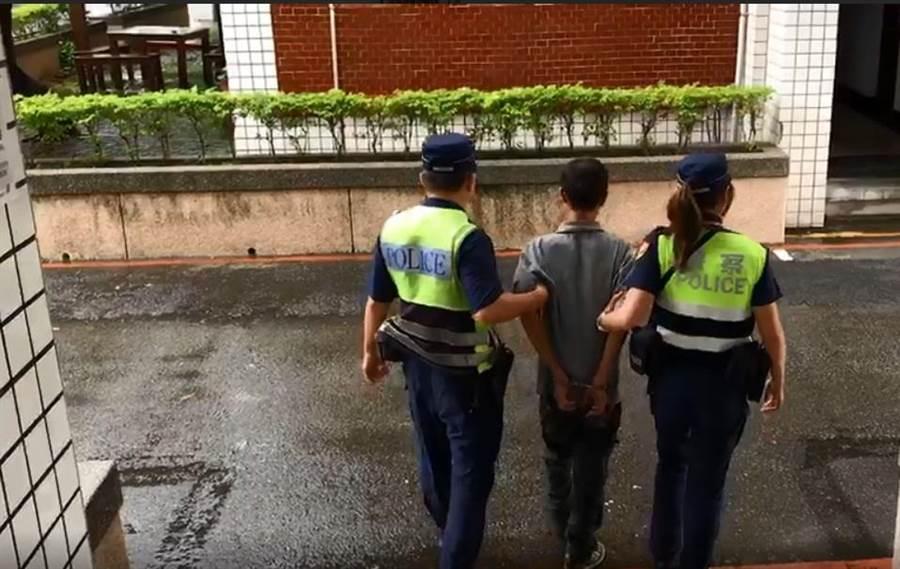 廖姓女警(左)完成10天短期輿情種子培訓,目前已返回警備隊正常排班值勤。(王文吉翻攝)