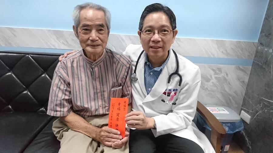 員林市宏仁醫院副院長朱建統送紅包給巫姓老翁,祝賀他重獲健康。(謝瓊雲攝)
