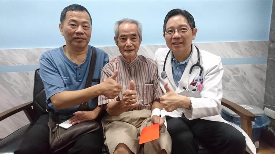巫姓老翁和兒子(左)到員林市宏仁醫院感謝副院長朱建統,朱建統送紅包給老翁,祝賀他康復。(謝瓊雲攝)