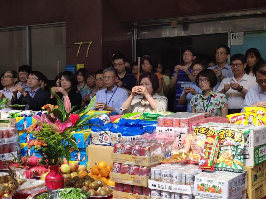 勞動部今天舉行中元普渡。(林良齊攝)