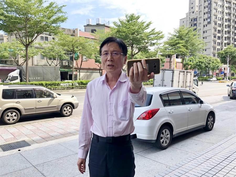 桃園市議員詹江村13日到桃園分局向館長、臉書粉絲團打臉名嘴提告。(賴佑維攝)