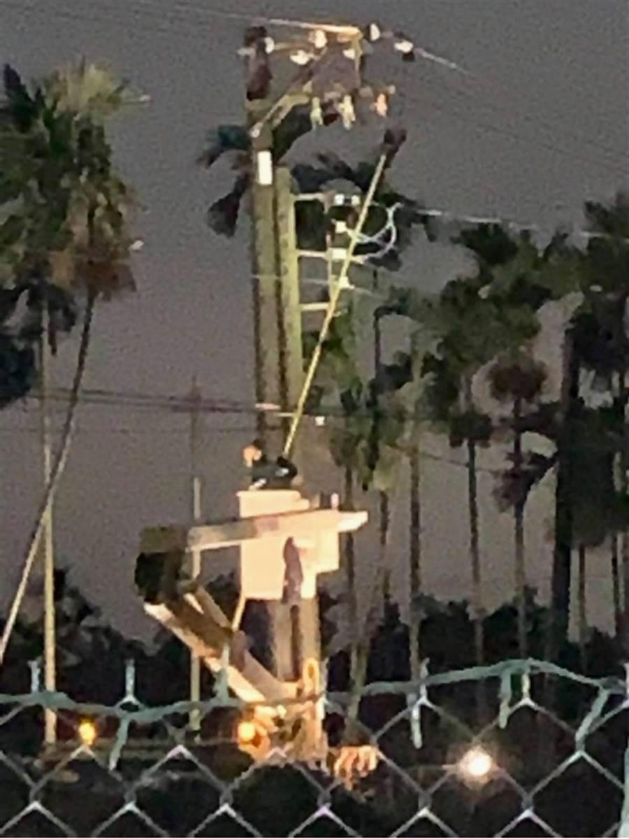 屏東縣13日清晨雷雨交加,各地區陸續有停電情形,一名東港鎮民拍下台電人員搶修畫面,臉書po文致謝。(民眾提供/中央社)