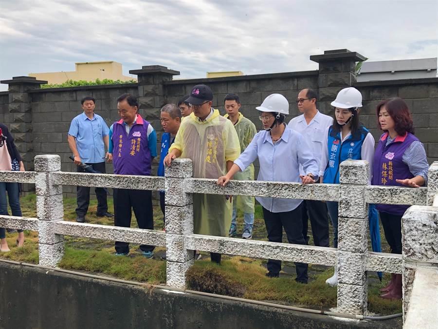 彰化縣長王惠美上午前往視察芳苑二排抽水站運作情形。(謝瓊雲攝)